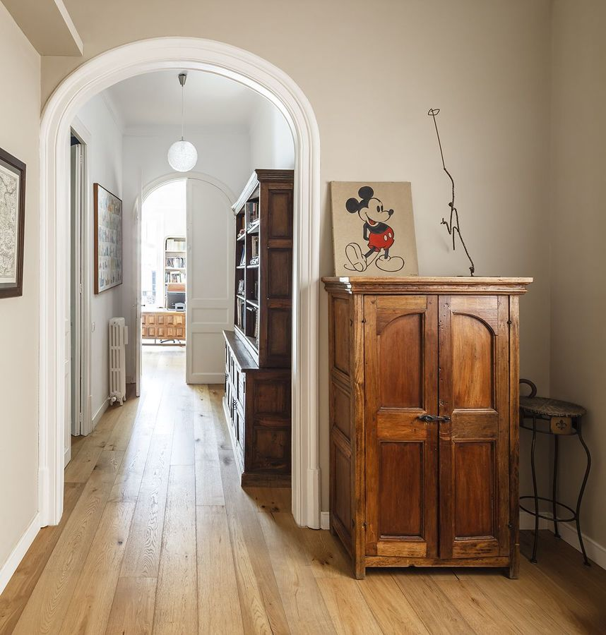 viejo armario restaurado en un recibidor