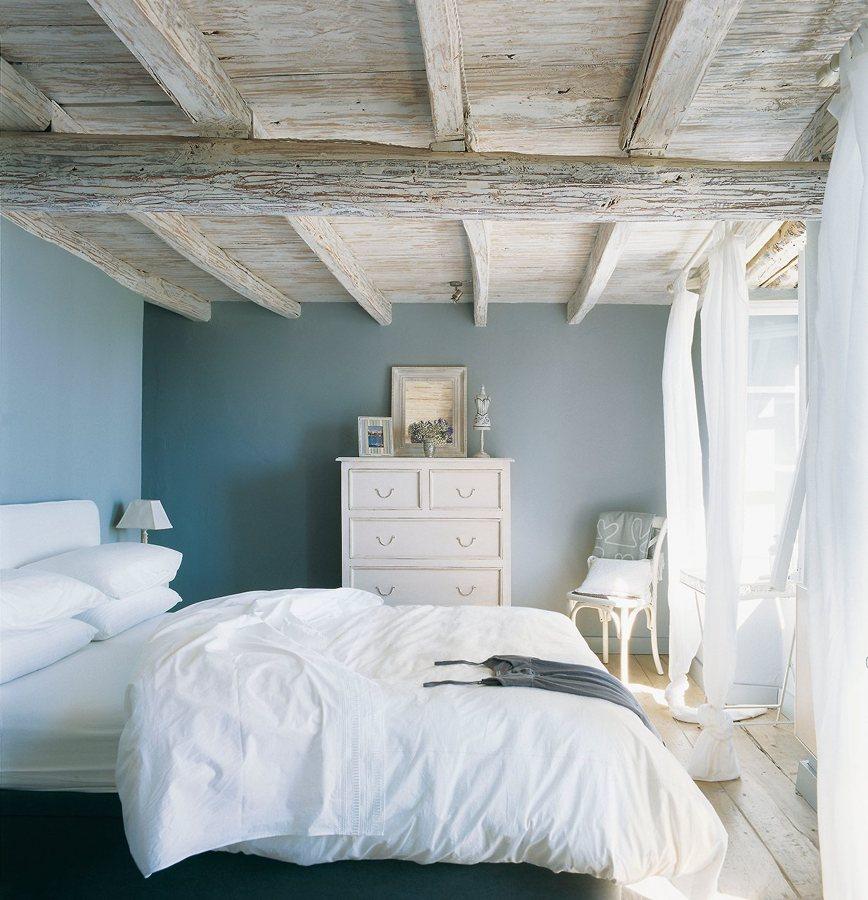 vigas de madera en dormitorio
