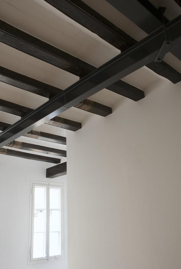 vigas de madera con soporte estructural en acero