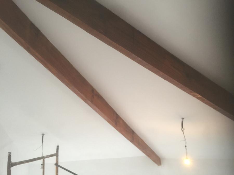 Vigas de madera enbarnizadas, previo  colocación de antipolillas