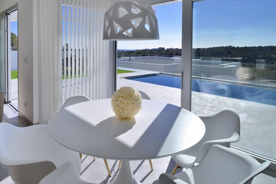mesa con vistas a la piscina