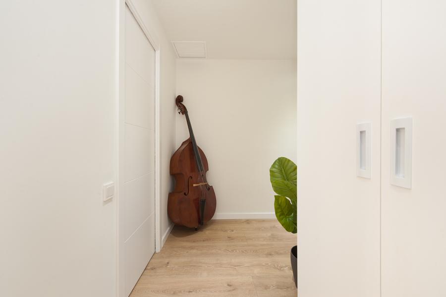 Violonchelo como elemento decorativo en el pasillo