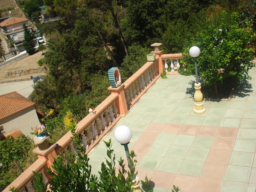 vista aerea de terraza principal con jardineras y baranda de balaustrada
