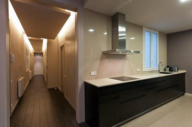 Reforma piso c consell de cent ideas reformas viviendas Ideas para cocinas pequenas tipo pasillo