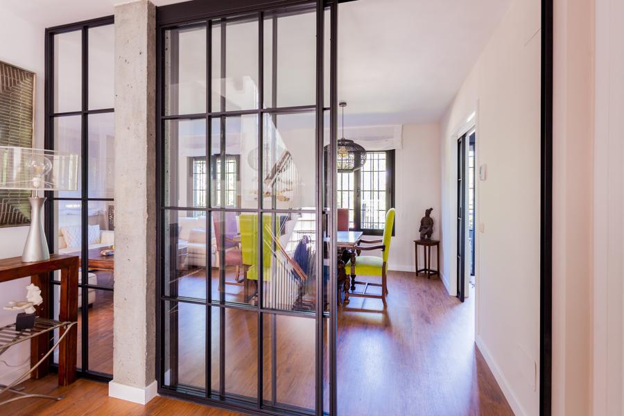 Vista comedor con puerta forja