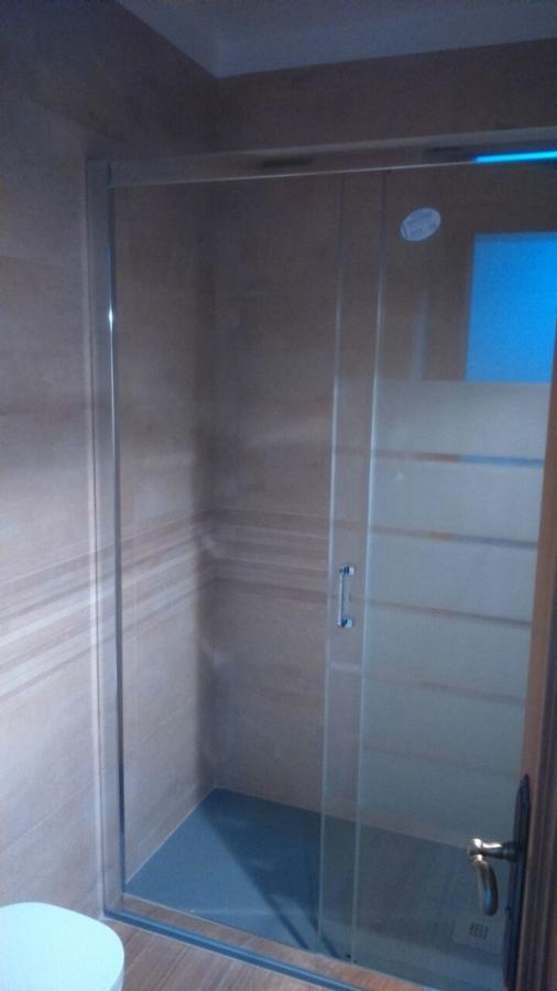 Vista completa de ducha con plato y mampara