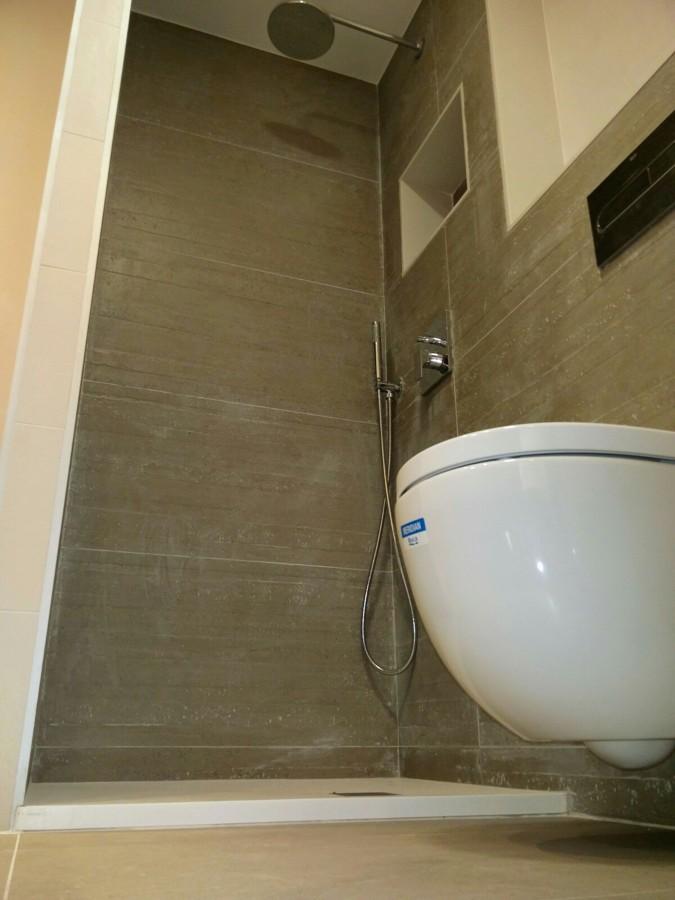 vista contrapicado de inodoro y ducha