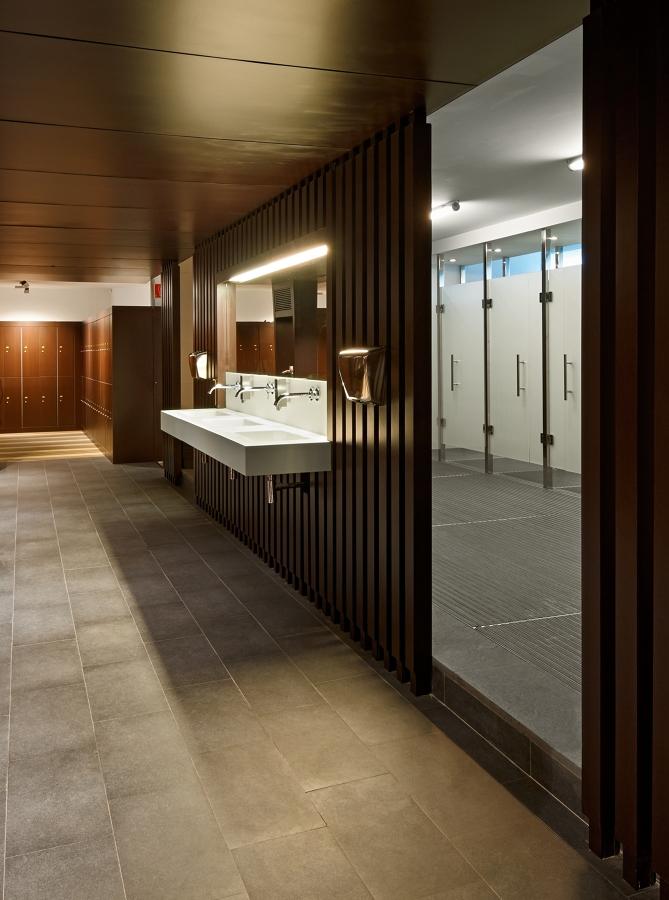 vista de aseos, duchas, y zona de vestidores
