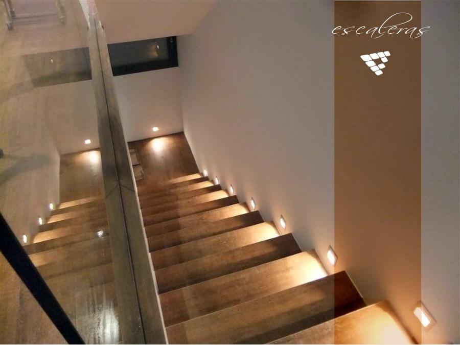 vista de escaleras iluminadas en vivienda
