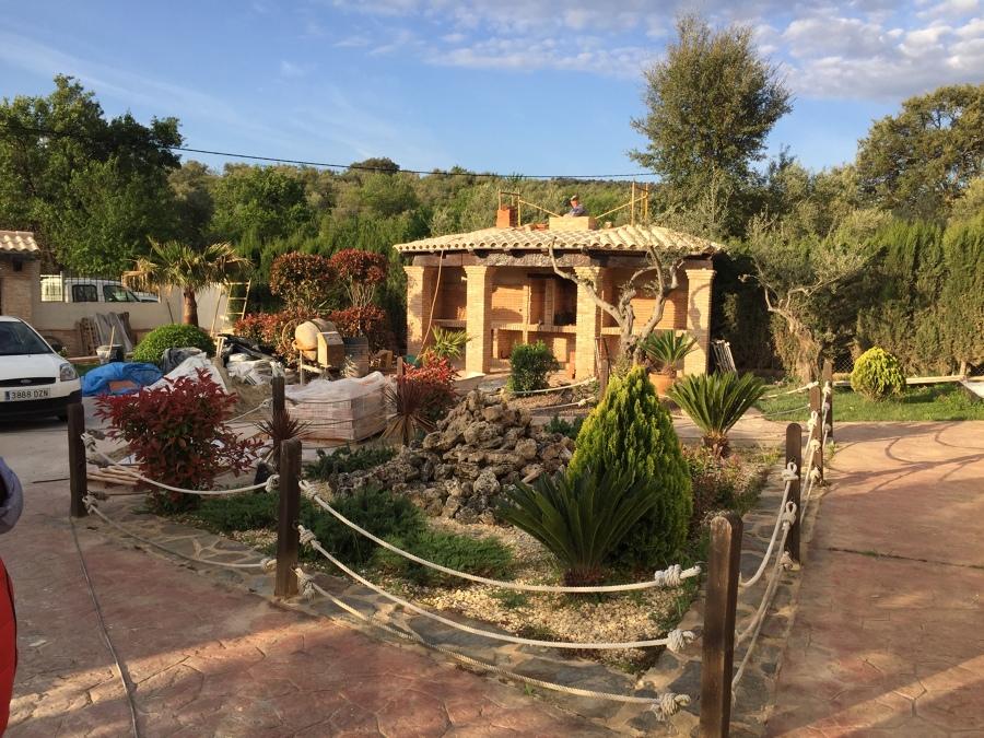 Vista de la barbacoa y del jardín