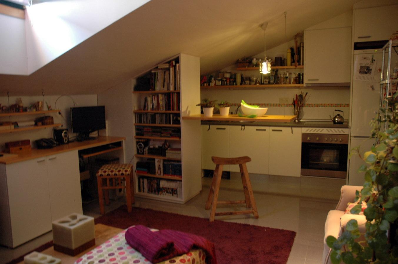 Vista de la cocina abuhardillada.
