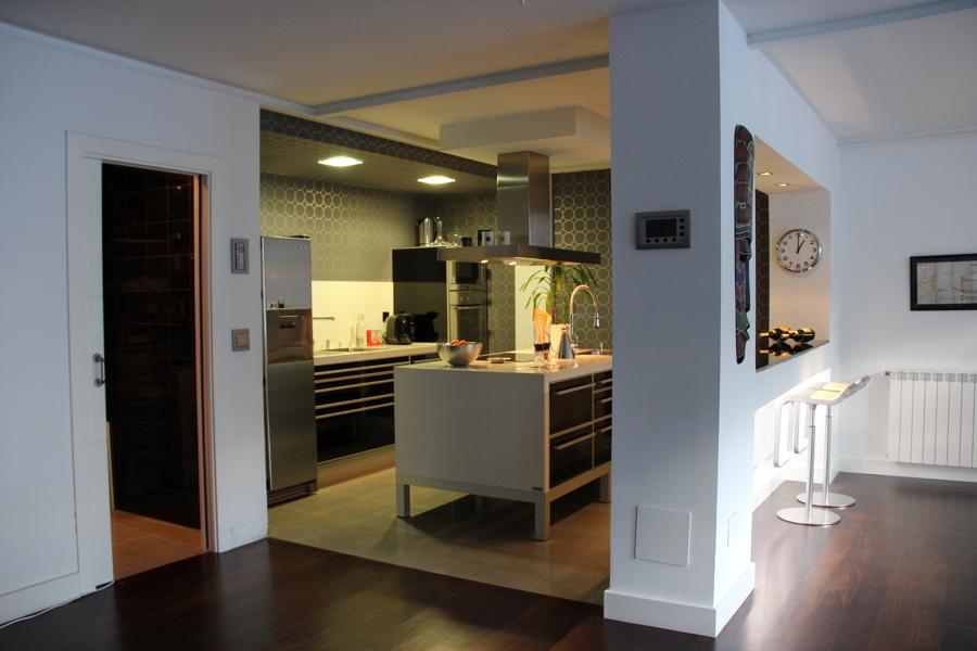 Foto vista de la cocina y barra al sal n de domo gesti n for Vistas de cocinas
