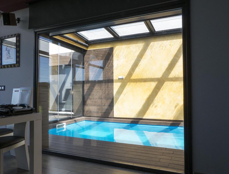 Vista de la piscina desde el interior
