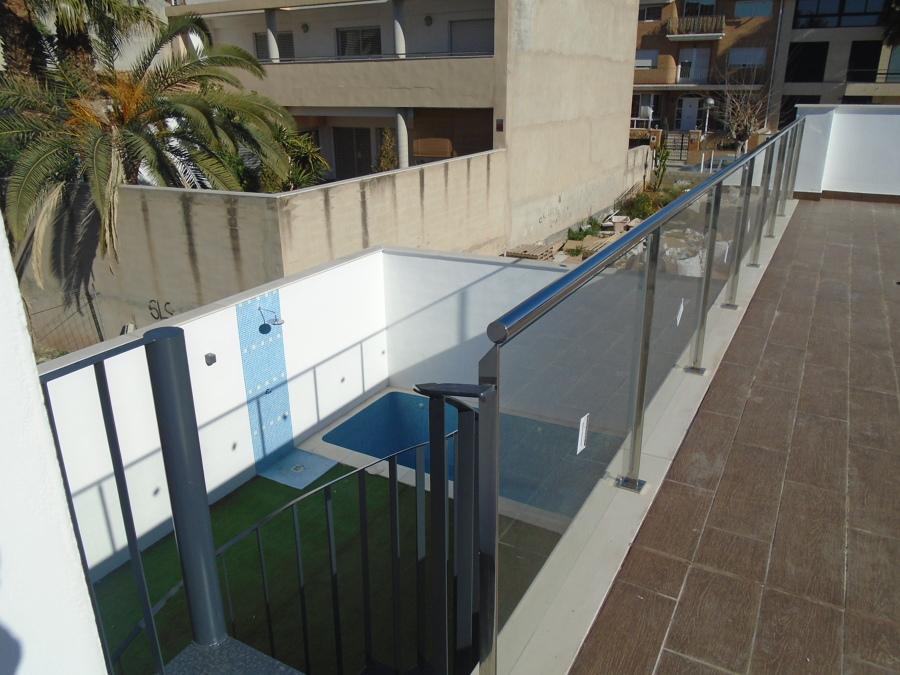Vista de la piscina desde la terraza superior