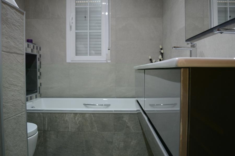 Vista de mueble y bañera