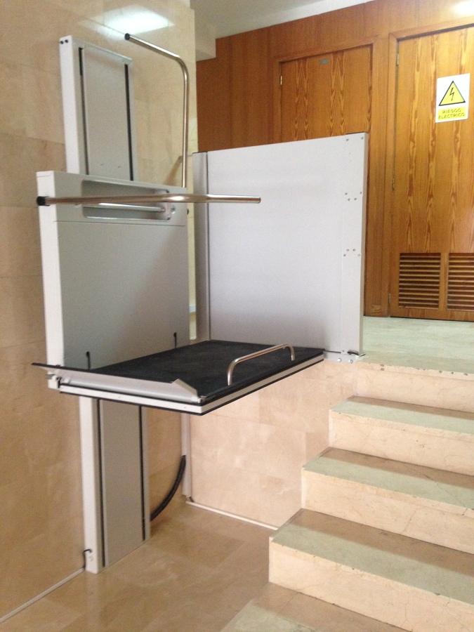 Instalaci n de plataforma salvaescaleras vertical en for Salvaescaleras vertical