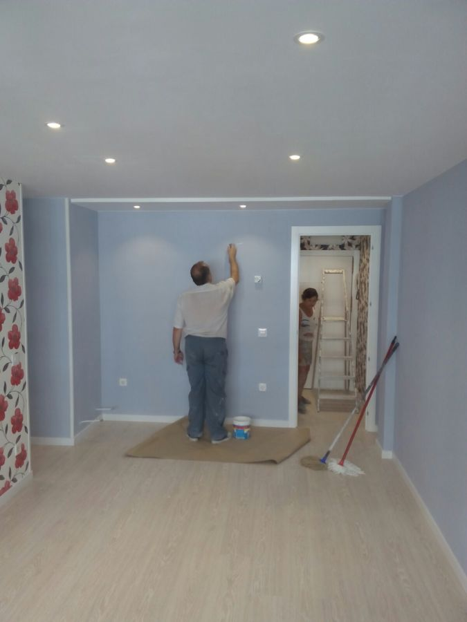 Vista de tarima, carpintería de madera, pintura y luz