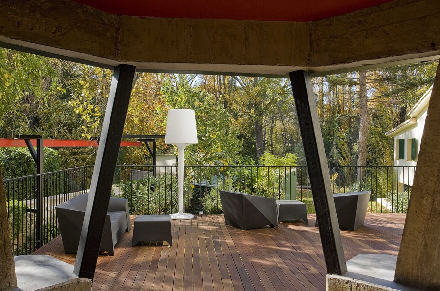 Vista del jardin desde el porche de acceso
