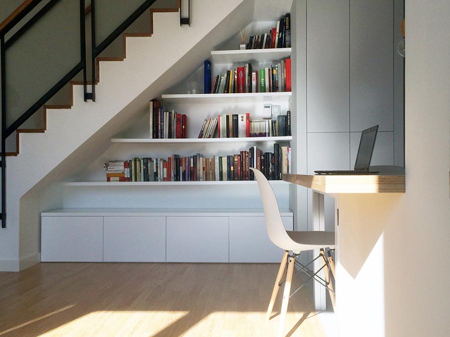 Foto vista del mueble a medida bajo la escalera de la for Mueble escalera ikea
