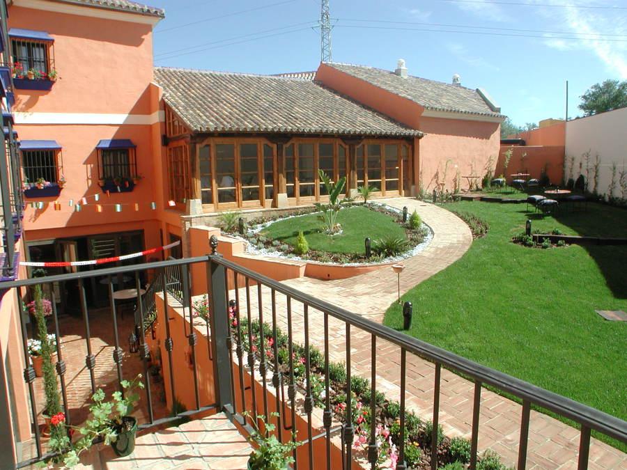 Vista del restaurante y jardín