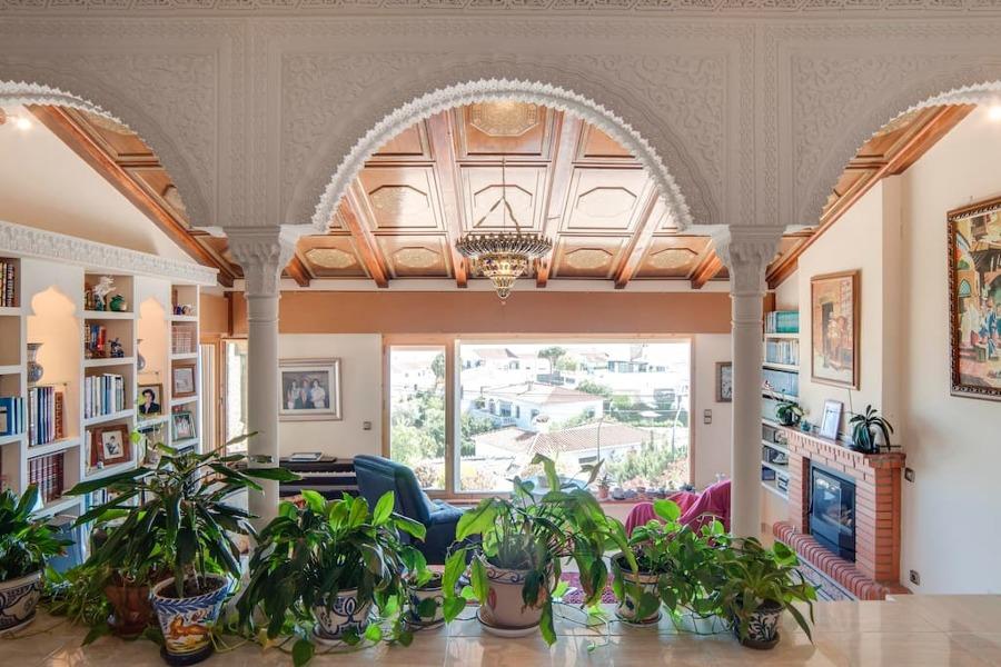 Vista del salón y arcos