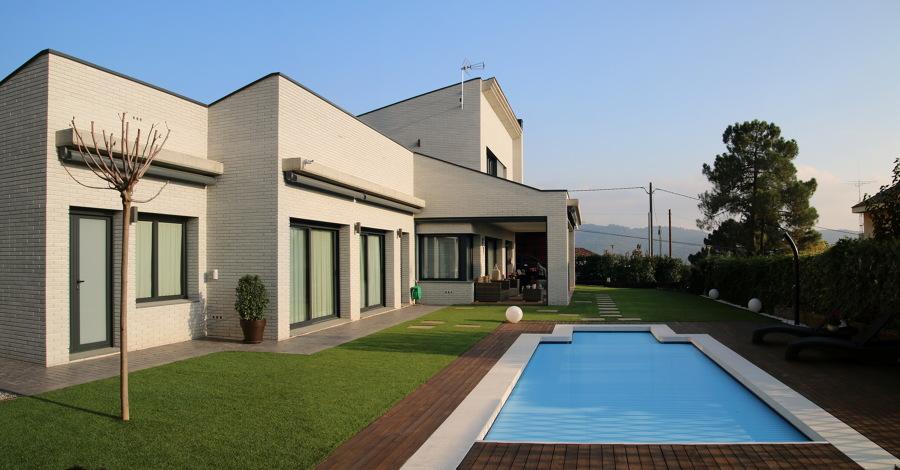 Vista desde el fondo, porche y piscina