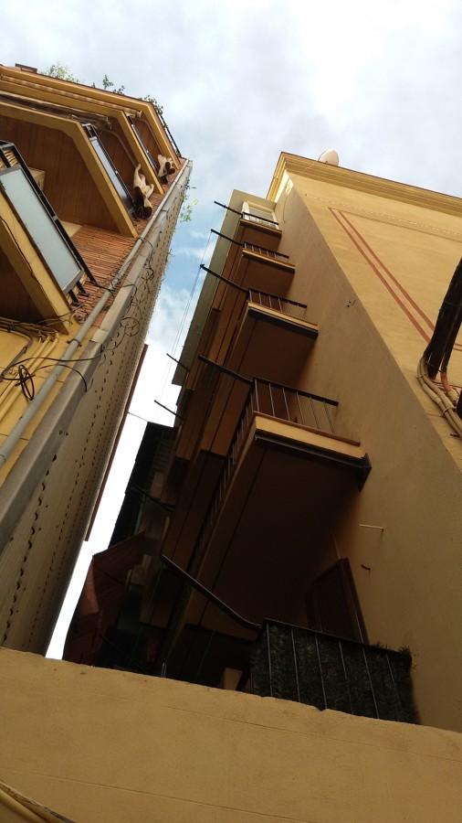 Vista desde la calle de fachada reparada y pintada.