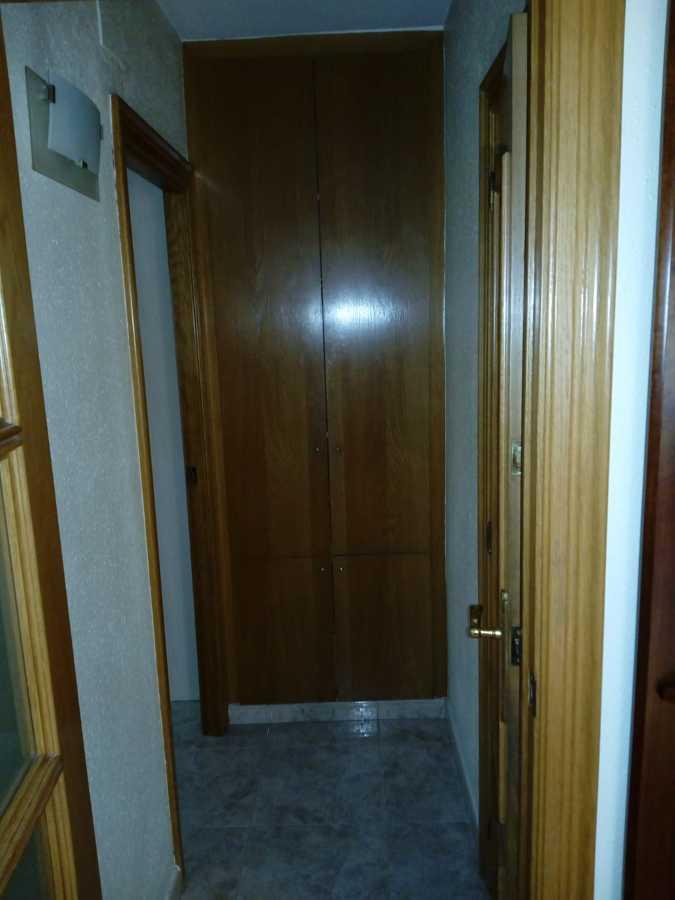Vista distribuidor con gotelé y color madera en puertas