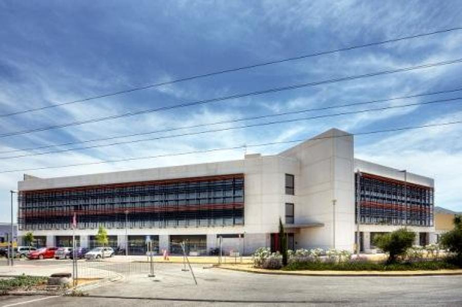 Vista diurna edificio de oficinas