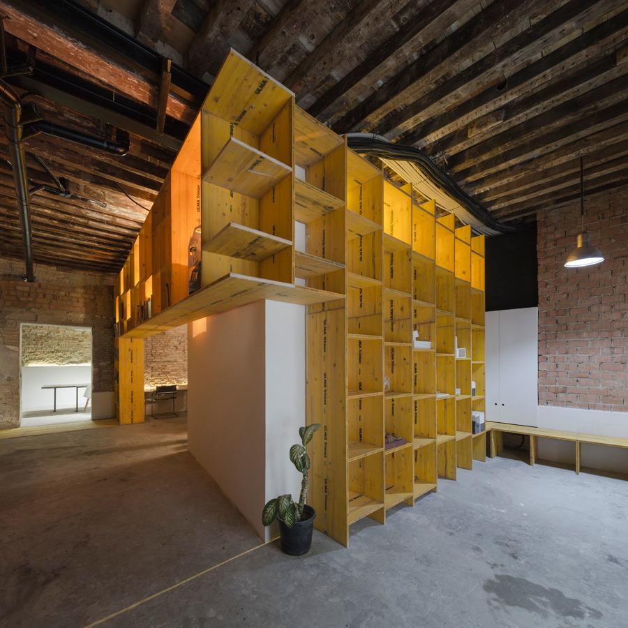 Vista en esquina del mueble de madera de encofrado