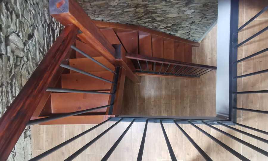 Vista escalera y barandilla interior