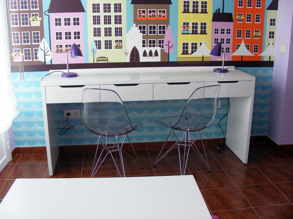 Foto vista escritorio y sillas de policarbonato for Sillas de estudio zaragoza