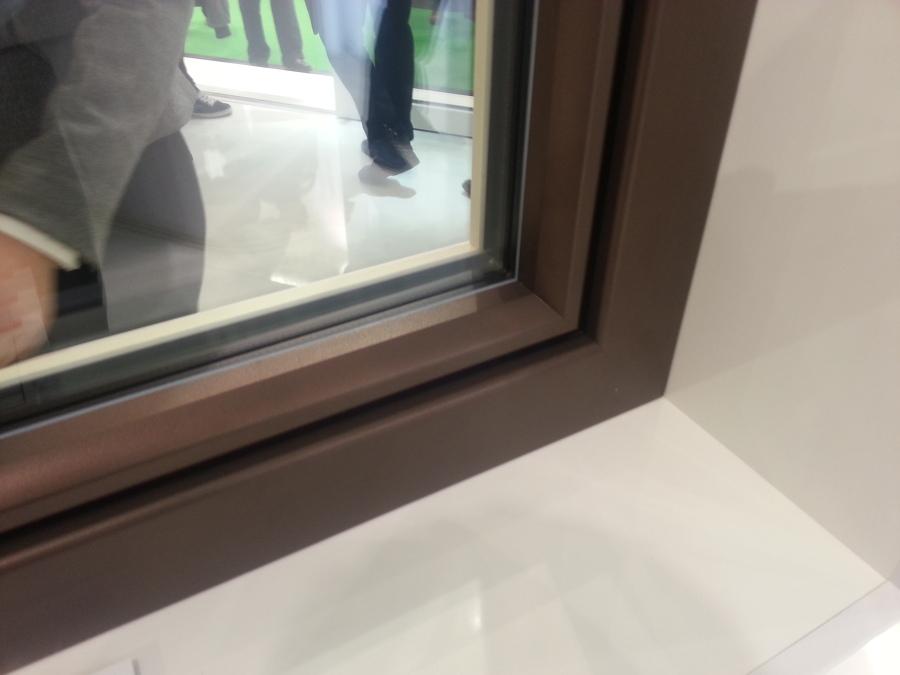 Vista exterior de una ventana marrón con aluclip