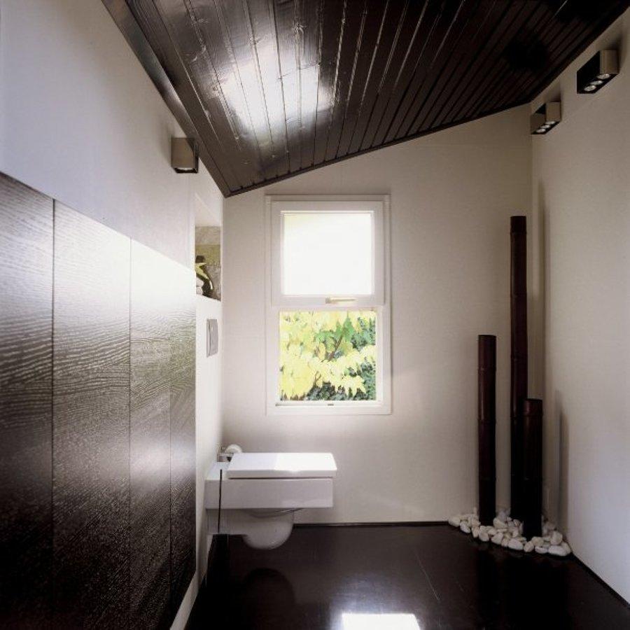 vista general de baño con techos originales de madera de pino lacada.