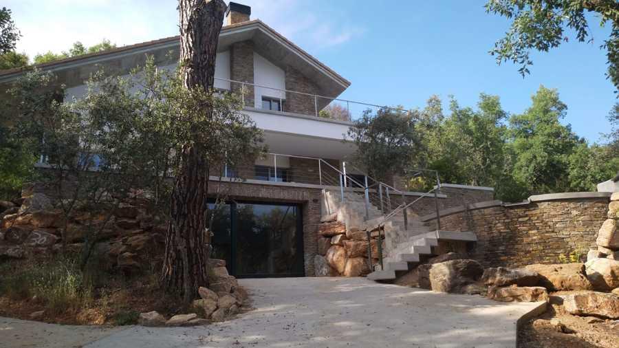 Vista general de casa y piscina ecológica.