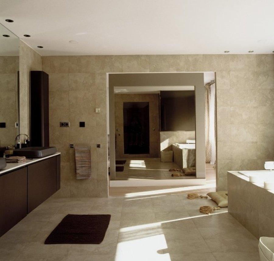 vista general de gran baño en casa en la moraleja, madrid.