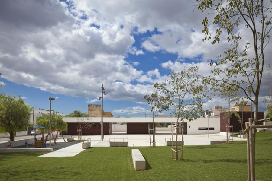 Vista general de la plaza y el edificio.