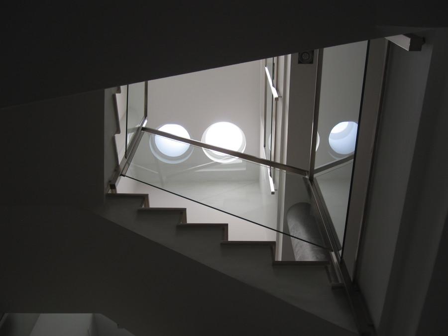 Vista hueco de escalera y claraboyas en techo