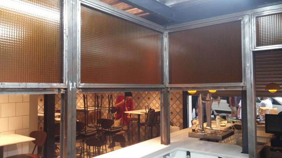 Vista interior de cerramiento de cocina con ventanas guillotina en hierro y vidrio armado