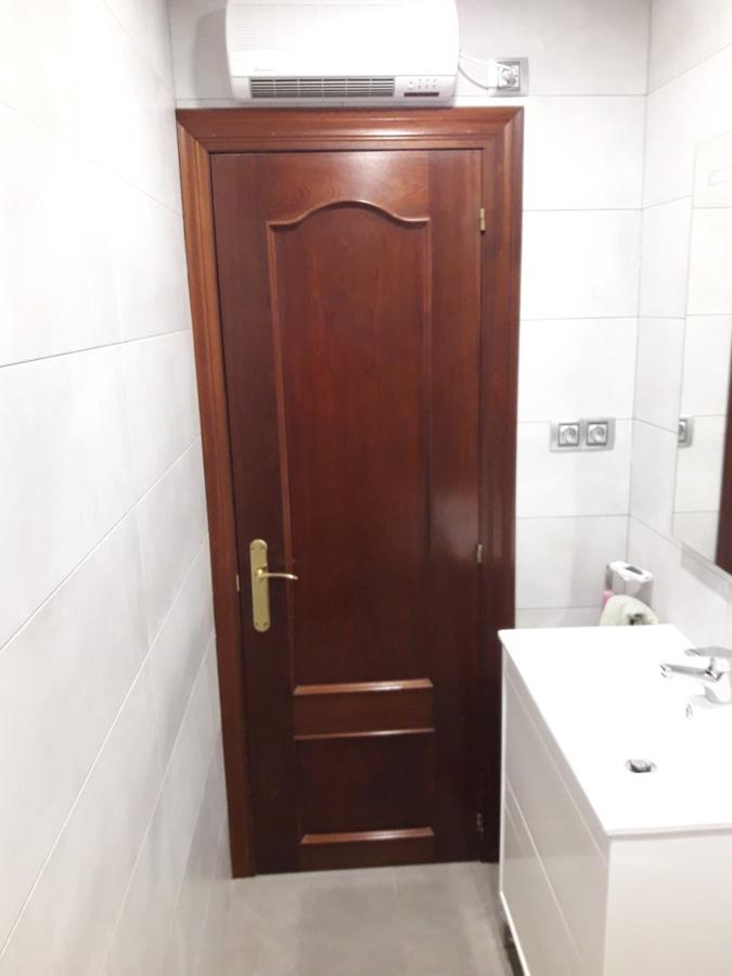 Vista interior de un baño muy estrecho