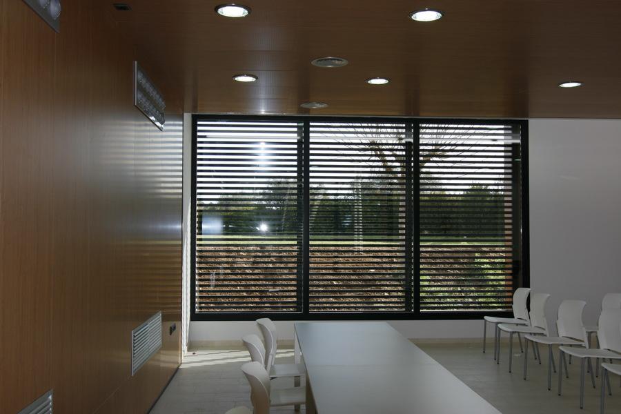 Vista interior del fondo de la sala con la balconera lateral