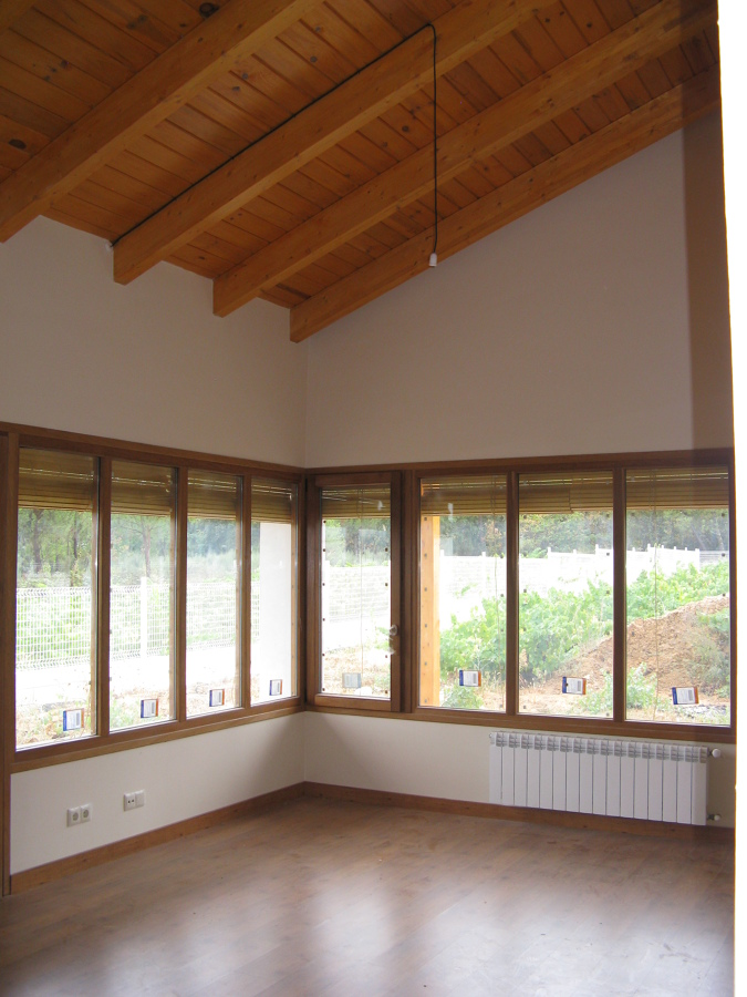Vista interior del salón-comedor y vistas desde el salón