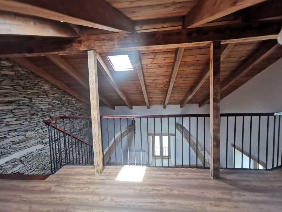 Vista interior muros y vigas originales