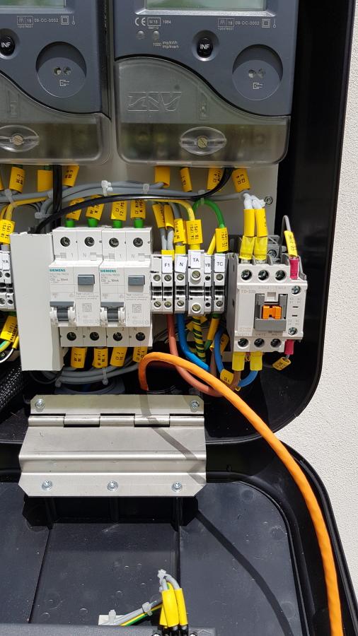 vista interna de cargador con sus contadores de energía