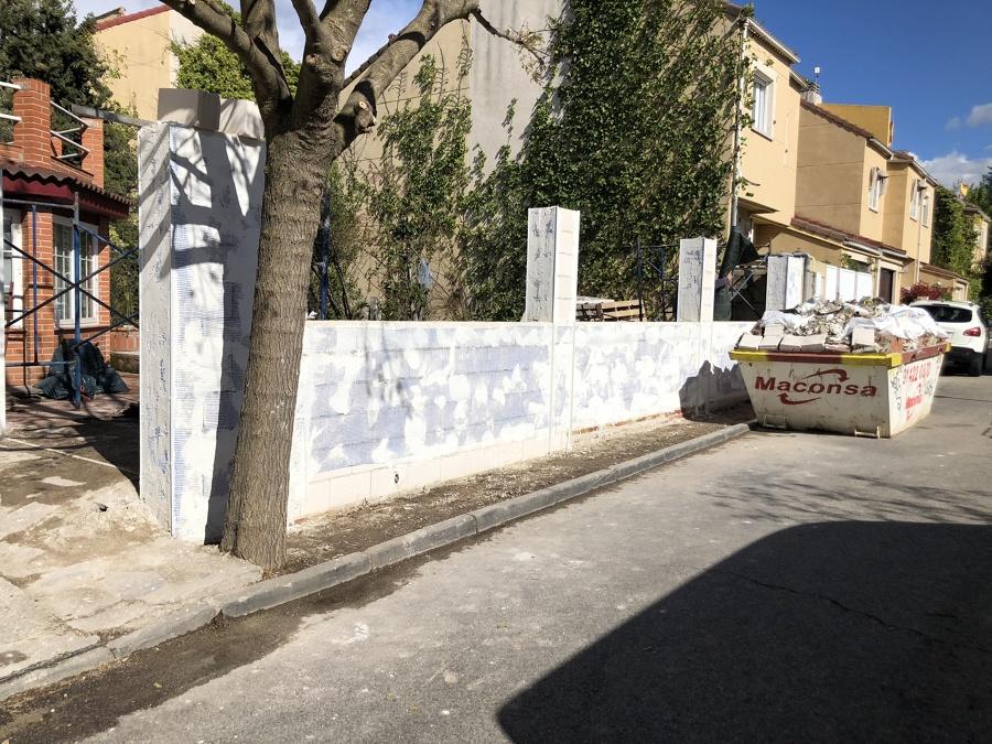 Vista muro dando aplicando la malla de refuerzo del monocapa