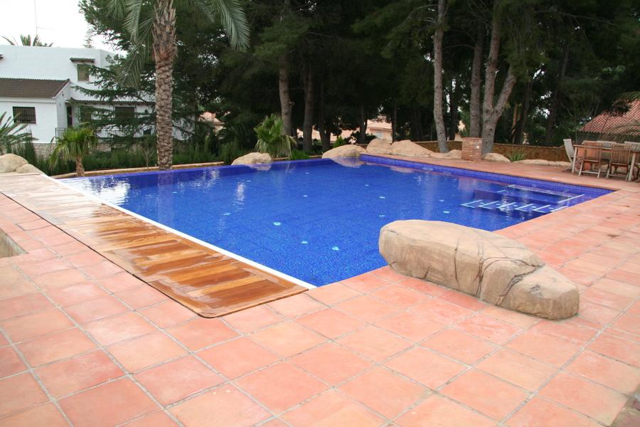 Piscina desbordante con cubierta electrica valencia for Construccion piscinas valencia