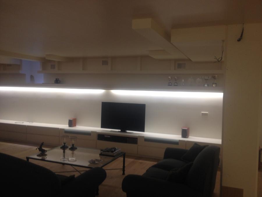 Proyecto dormitorio con armarios y puertas madera y dise o - Luz indirecta salon ...
