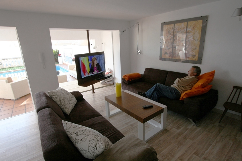 vista salon con TV giratoria a Jardin