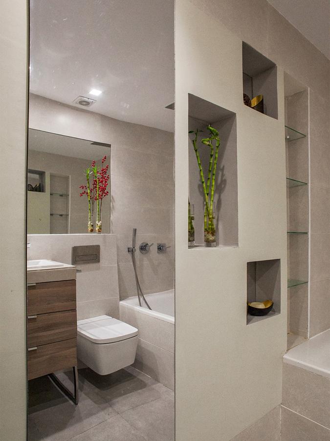 Baño con espejo grande