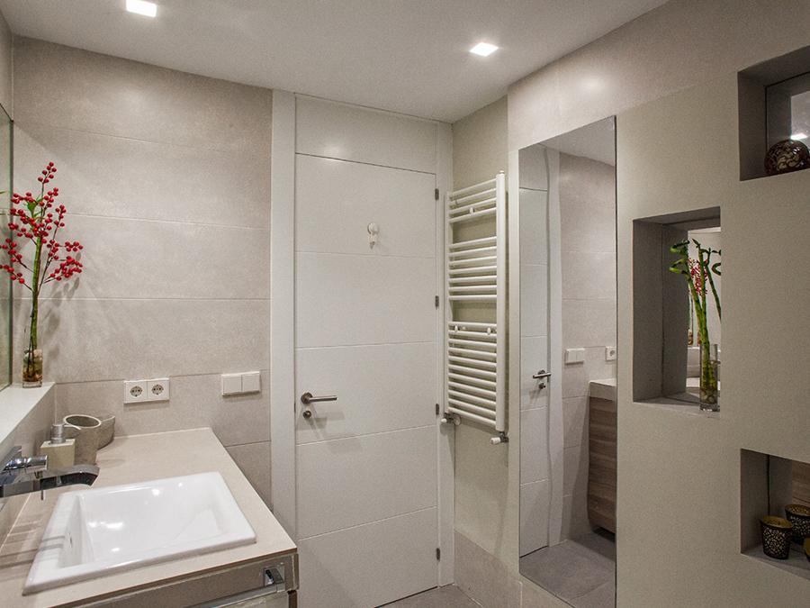 Baño con radiador de toallas